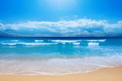 金色的沙滩蔚蓝的大海与干净的天空交织