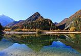 安静的湖泊与茂密的松树和巍峨的山脉