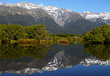 静谧的湖泊倒映着山与树高