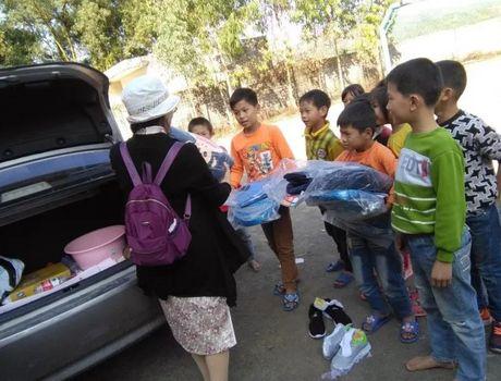 石角镇中心小学管理组开展对孤儿和特困生慰问活动