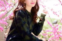 花开树下一个美丽可爱的文静女孩