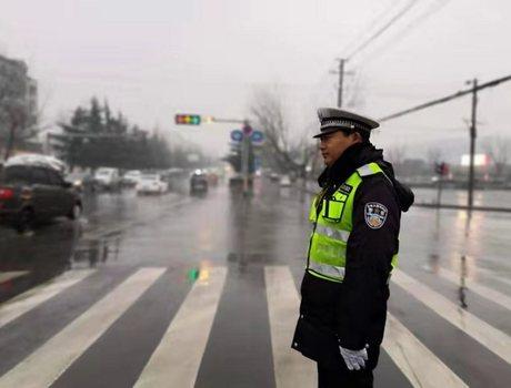 登封交警启动恶劣天气应急预案 保障雨雪天道路交通安全