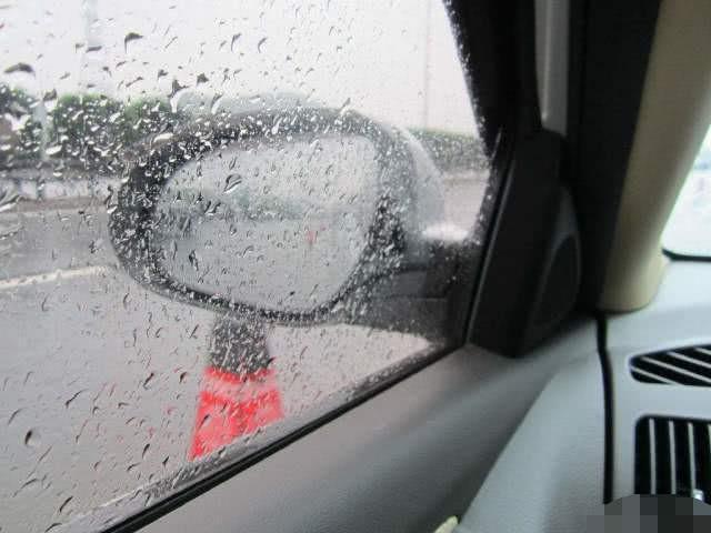 开车15年才知道,车窗起雾不用慌,按下这个按钮轻松除雾