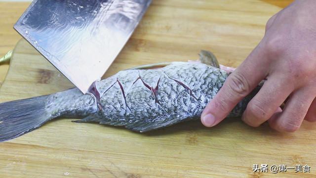 鲫鱼炖豆腐如何做汤白味鲜?学会2个小技巧,汤鲜不腥不破皮